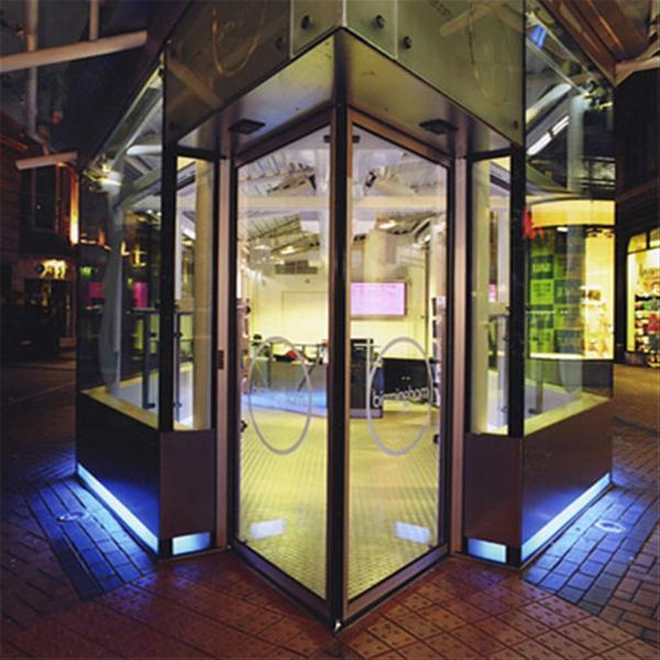 درب اتوماتیک شیشه ای مدرن مثلثی